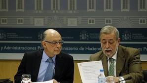 El ministro de Hacienda en funciones, Cristóbal Montoro, junto al secretario de Estado de Administraciones Públicas, Antonio Beteta