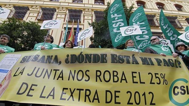 Protesta de funcionarios andaluces por la devolución de la paga extra