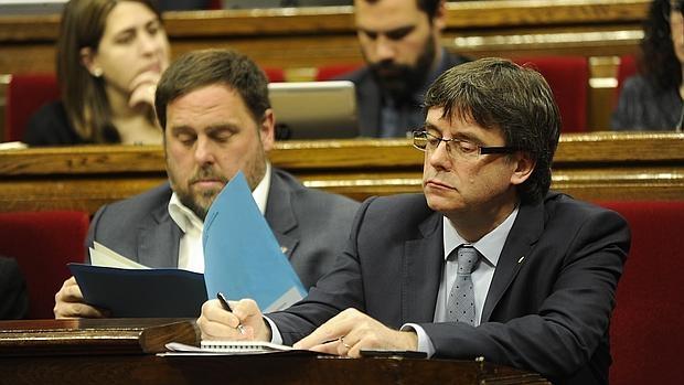Carles Puigdemont y Oriol Junqueras, durante la sesión de control al Gobierno de la Generalitat