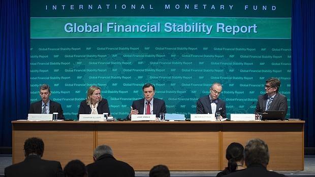"""El director del Departamento de Asuntos Monetarios del FMI, el español José Viñals (c), pronuncia un discurso durante la presentación del informe """"Estabilidad Financiera Global"""" en la sede del Banco Mundial en Washington (Estados Unidos)"""