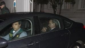 La Guardia Civil traslada a Mario Conde y su hijo a dependencias de la comandancia tras el registro de la casa del ex banquero