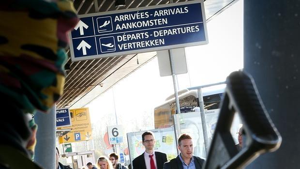 Un soldado custodia el aeropuerto de Charleroi tras los ataques terroristas en Zaventem