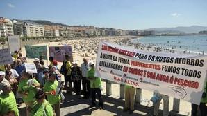 Preferentistas manifestándose en la playa de Sangenjo