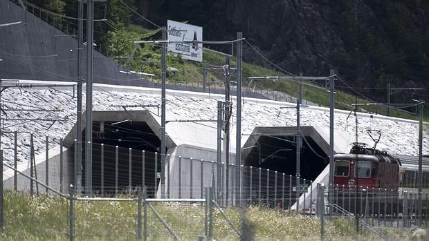 Vista de la entrada del nuevo túnel ferroviario de base de San Gotardo, ubicado en el sur de Suiza
