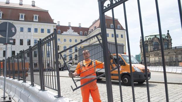 Un operario refuerza la segurida entorno al el hotel Taschenbergpalais Kempinski de Dresde, que acogerá entre el 9 d y el 11 junio la reunión del Club Bilderberg