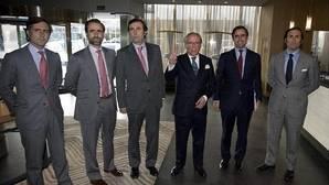 Ruiz-Mateos junto a alguno de sus hijos