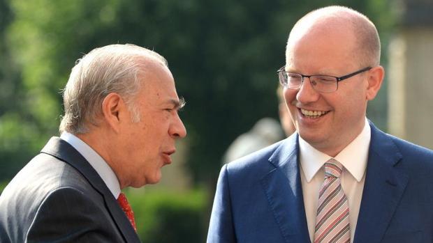 Ángel Gurría, a la izquierda, secretario general de la OCDE, junto al primer ministro checo, Bohuslav Sobotka