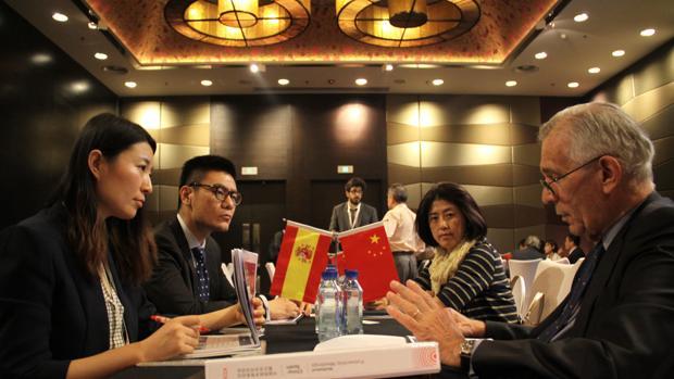 El vicepresidente de Técnicas Reunidas y exembajador de España en Pekín, José Pedro Sebastián de Erice, en una reunión con las empresas chinas