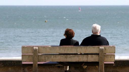 Pensionistas disfrutando de las vistas al mar