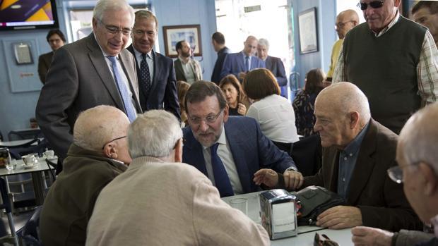 Mariano Rajoy junto a un grupo de jubilados