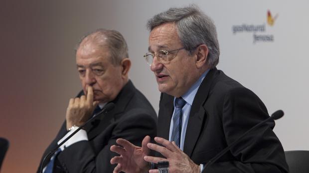 El presidente de Gas Natural Fenosa, Salvador Gabarró, acompañado del consejero delegado, Rafael Villaseca(d)
