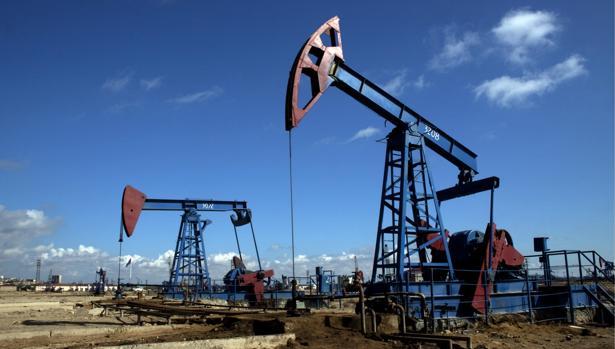 Imagen de varios pozos de petróleo