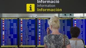 Panel de vuelos en el aeropuerto de El Prat (Barcelona)