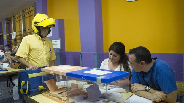 Un trabajador de Correos durante la jornada electoral
