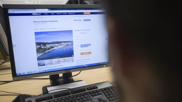 Un internauta buscando piso por internet