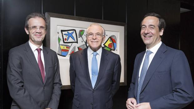 Jordi Gual (i), junto a Fainé y Gortázar