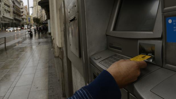 La gran banca cobr casi millones en comisiones a for Cajeros santander sevilla