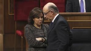 La vicepresidenta del Gobierno, Soraya Sáenz de Santamaría, y el ministro de Hacienda, Cristobal Montoro