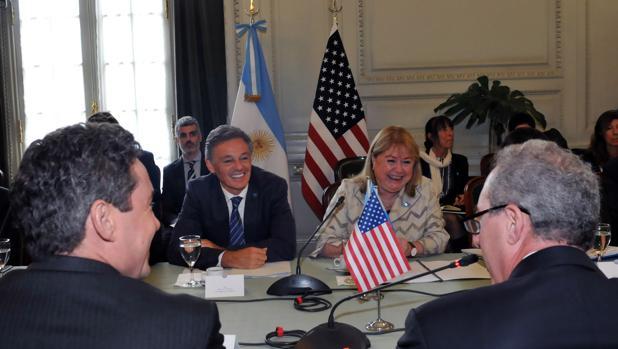 El ministro, de frente, en una reciente reunión en Buenos Aires con representantes de EE.UU