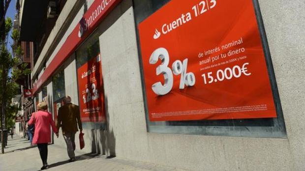 Santander hace obligatorio el uso de tarjetas en su for Cajeros santander sevilla