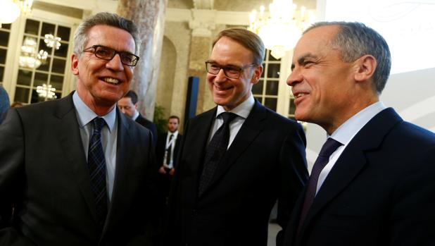 El ministro del Interior de Alemania, Thomas de Maiziere (izda), el presidente del Bundesbank (centro) Jens Weidmann y su homólogo del Banco de Inglaterra, Mark Carney