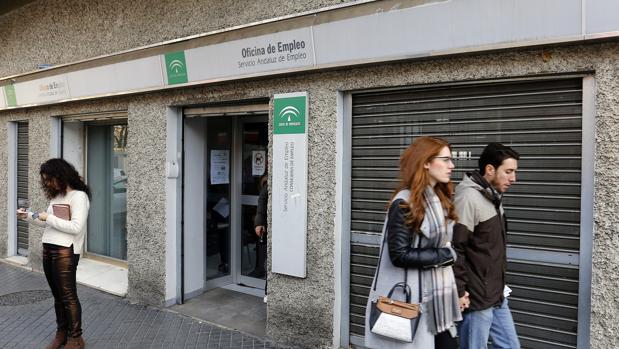 Asempleo estima una subida del paro de personas en for Oficina de empleo andalucia