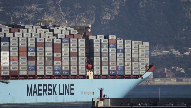 El barco «McKinney Moller», de Maersk, con destino al mercado asiático a su salida del puerto de Algeciras