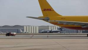 Imagen de dos aviones, uno de Ryanair y otro de DHL, en el aeropuerto de Madrid Barajas