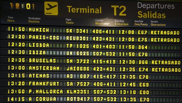 Monitor de información de salidas de la Terminal 2 del Aeropuerto de Barajas (Madrid) en el que se observan varios vuelos afectados por la huelga de controladores en Francia