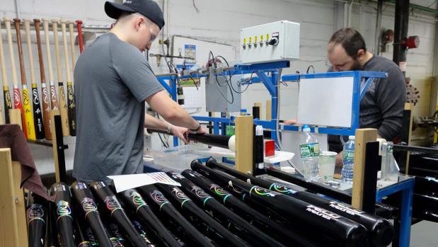 Trabajadores en una empresa que fabrica bates de béisbol en Dolgeveille, en el estado de Nueva York