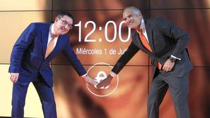 El presidente de Euskaltel, Alberto García Erauzkin (i), junto al director general de esta compañia, Fernando Ojeda,, durante la salida a Bolsa de la compañía