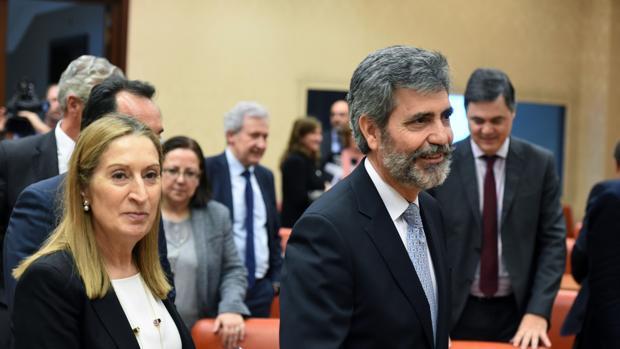 El presidente del Tribunal Supremo y del Consejo General del Poder Judicial, Carlos Lesmes, junto a la presidenta del Congreso, Ana Pastor