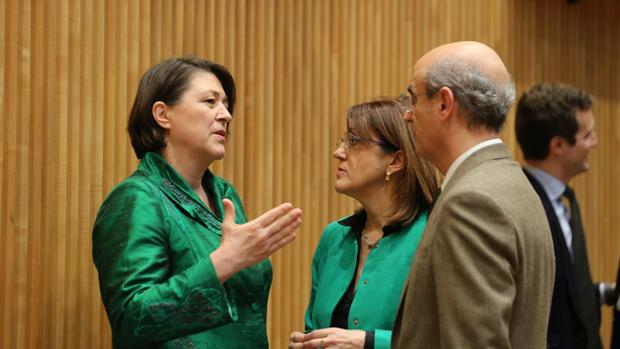 La comisaria europea de Transporte, Violeta Bulc, junto a Soraya Rodríguez (PSOE) y Celso Delgado (PP)