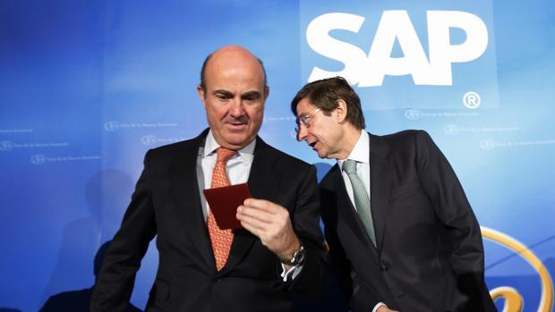 El ministro de Economía, Luis de Guindos, junto al presidente de Bankia, José Ignacio Goirigolzarri