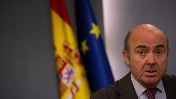 El ministro de Economía, Luis de Guindos, durante la rueda de prensa tras el consejo de ministros