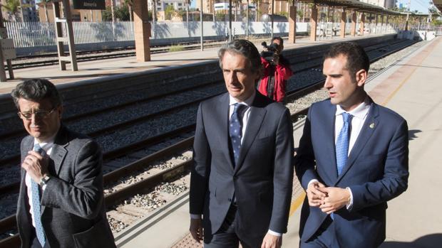 El ministro de Fomento, Íñigo de la Serna (i), junto al alcalde de Almería, Ramón Fernández - Pacheco, durante la visita realizada hoy a la estación del ferrocarril para presentar la nueva planificación del AVE Murcía- Almería