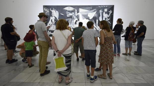 Turistas en el Museo Reina Sofía de Madrid