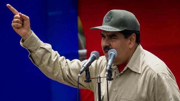 El presidente de Venezuela, Nicolás Maduro, habla junto a miembros de la Fuerza Armada Nacional Bolivariana (FANB)