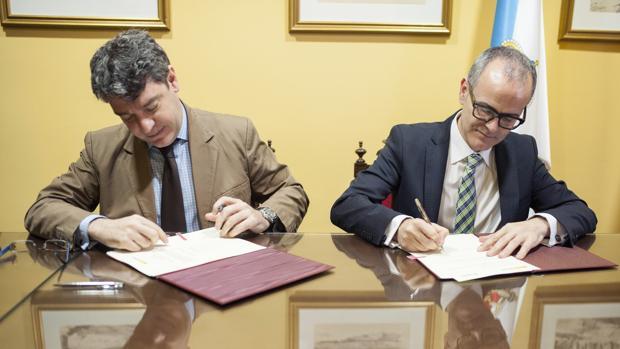 El ministro de Energía, Turismo y Agenda Digital, Álvaro Nadal (i), y el alcalde de Ourense, Jesús Vázquez (d), durante la firma del convenio de colaboración entre las dos instituciones para la difusión y promoción de la energía geotérmica