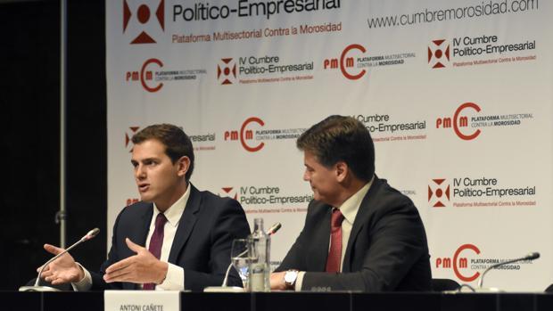 El presidente de Ciudadanos, Albert Rivera , junto al presidente de la Plataforma Multisectorial contra la Morosidad, Antoni Cañete