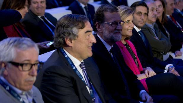 Toxo, Rosell, Rajoy, Báñez, Pallete y Álvarez, de izquierda a derecha, en la asamblea de CEOE