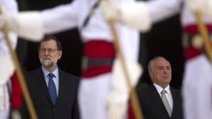 El presidente de Brasil, Michel Temer (derecha), y el presidente del Gobierno español, Mariano Rajoy (i)zquierda), escuchan los himnos de ambos países tras la llegada de Rajo al Palacio presidencial de Planalto, en Brasilia (Brasil).