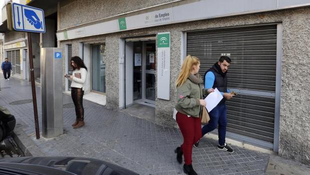 El paro baja en personas en abril y marca un - Oficina de empleo galicia ...