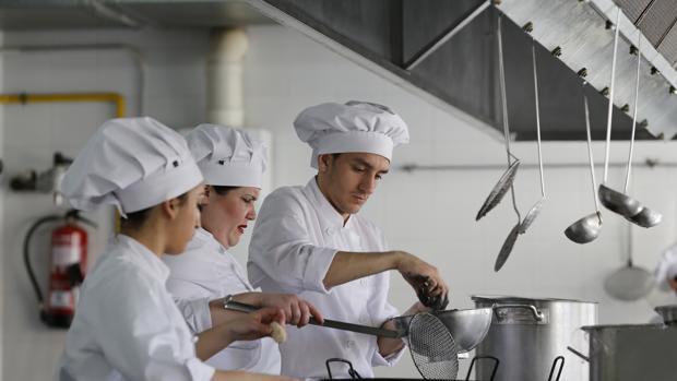 Solo una de cada tres personas en edad de trabajar recibe formación en España