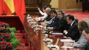 El presidente del Gobierno español, Mariano Rajoy (3d), junto al ministro de Fomento, Íñigo de la Serna (4d)