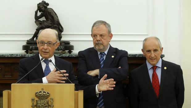 El ministro de Hacienda, Cristóbal Montoro, junto al consejero de Economía vasco; Pedro Azpiazu (derecha)