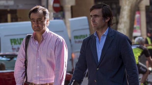 José María (d) y Alfonso Ruiz-Mateos, a su llegada a la Audiencia de Palma