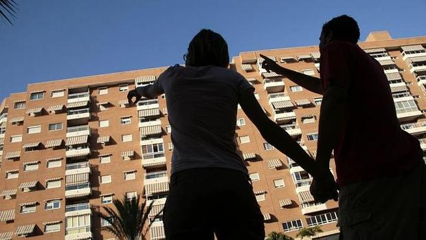 Dos jóvenes buscan piso de alquiler en Madrid