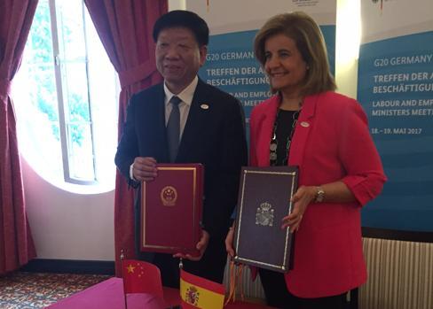 Yin Weimin y Fátima Báñez, en el acto de la firma del convenio