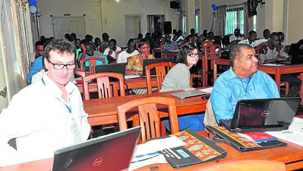 El profesor Luis Alberiko Gil-Alaña (NCID + Universidad de Navarra) y el profesor Robert Mudida (NCID + Strathmore University) impartiendo un curso en la African School of Economics en Benín.